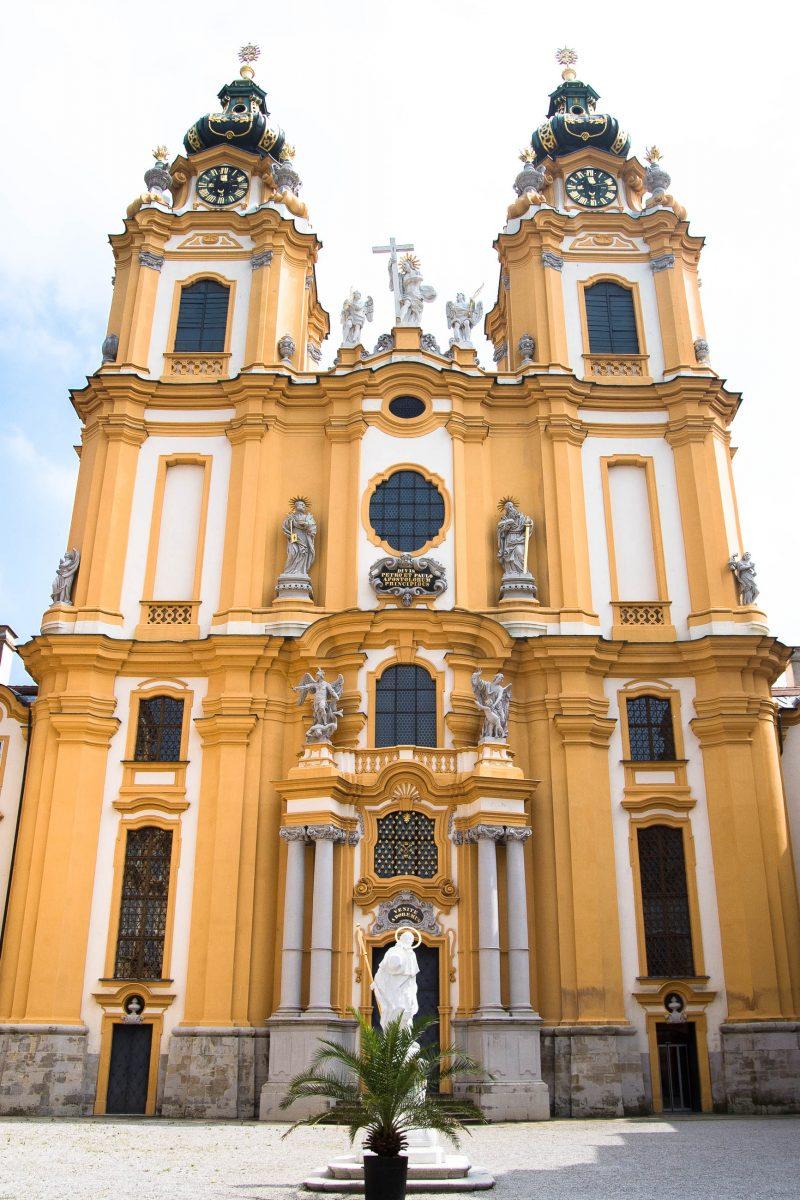 Eingangsportal zur Stiftskirche in Melk, einer der schönsten Barockkirchen Österreichs - © James Camel / franks-travelbox