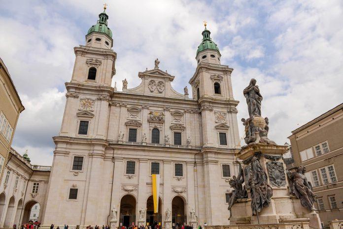Als altehrwürdiger geistlicher Mittelpunkt von Salzburg thront der Salzburger Dom im historischen Zentrum der Stadt, Österreich - © James Camel / franks-travelbox.com