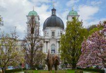 Als gewaltiger Blickfang und größte Kirche der Salzburger Altstadt thront die Dreifaltigkeitskirche auf der Nordseite des Makartplatzes, Österreich - © James Camel / franks-travelbox