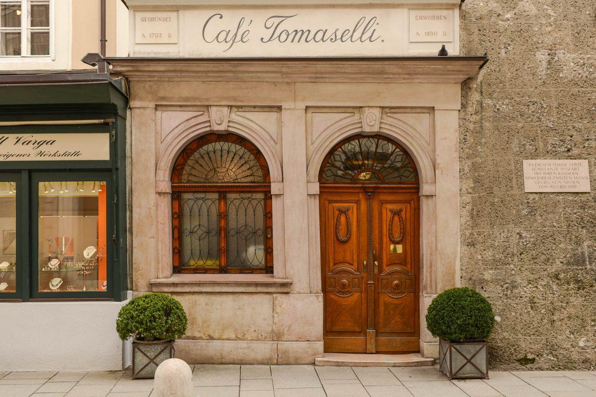 Bereits Wolfgang Amadeus Mozart, Hugo von Hofmannsthal und Thomas Bernhard zählten zu den Stammgästen des Salzburger Cafés Tomaselli, Österreich - © James Camel / franks-travelbox.com