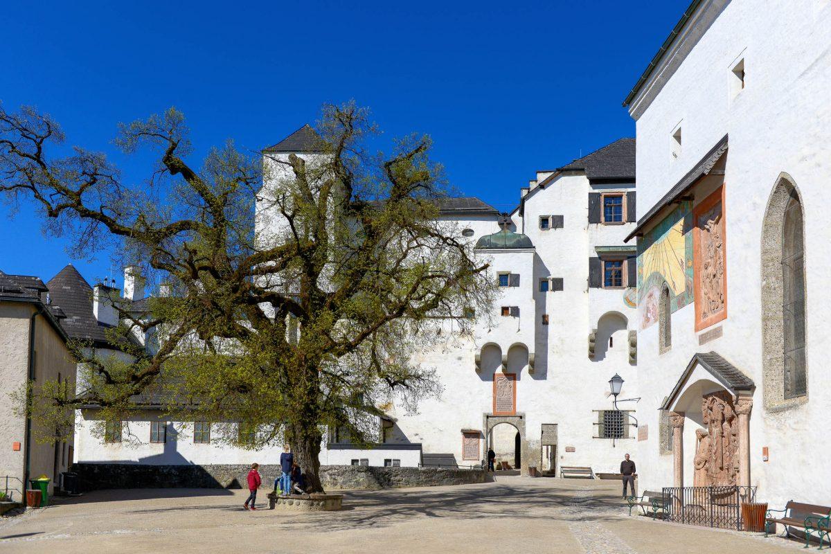 Blick auf den Hohen Stock der Festung Hohensalzburg, der den Goldenen Saal und die Goldenen Stube sowie die Fürstenzimmer beherbergt, Österreich - © James Camel / franks-travelbox.c