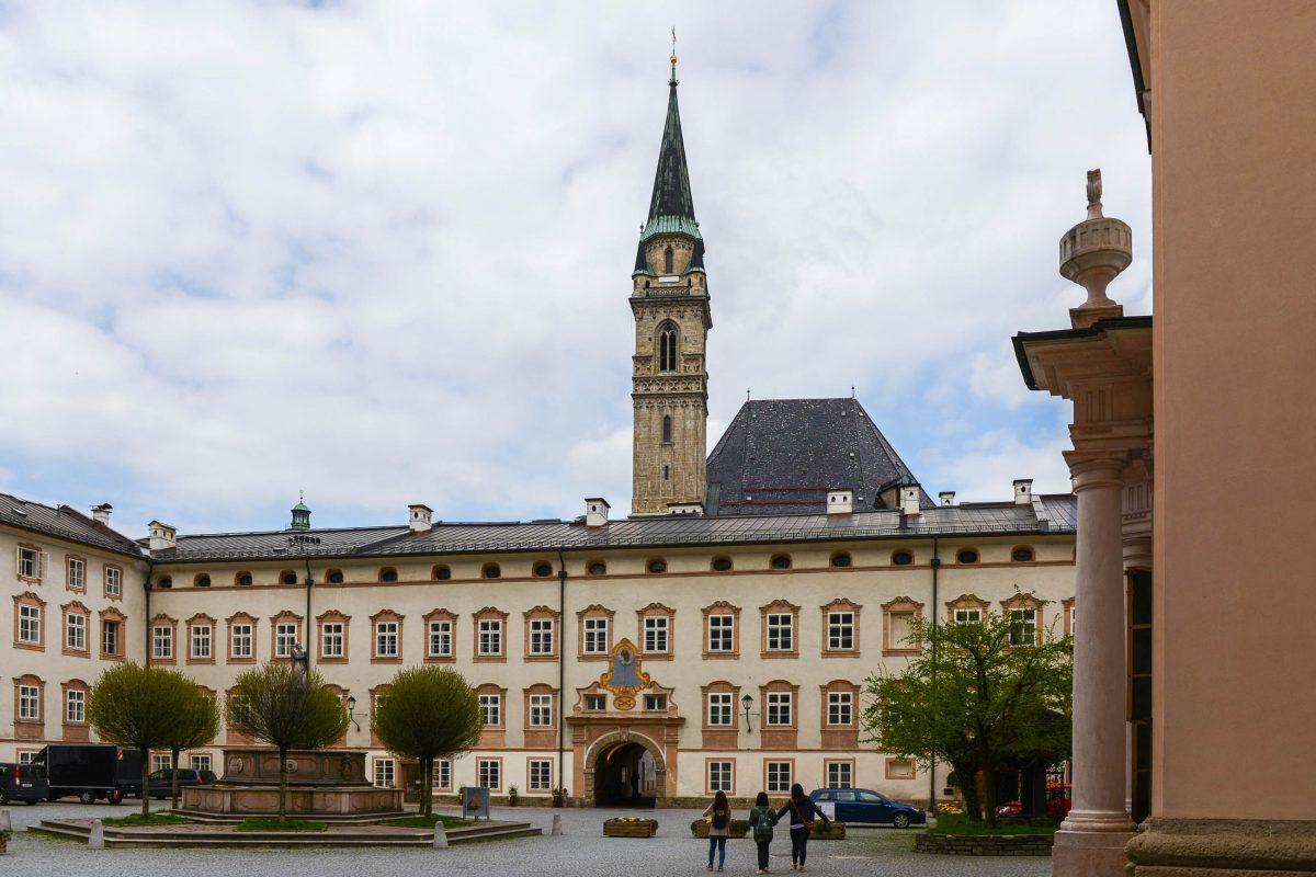 Blick auf die Franziskaner-Kirche hinter der Fassade der Erzabtei St. Peter in der Innenstadt von Salzburg, Österreich - © James Camel / franks-travelbox
