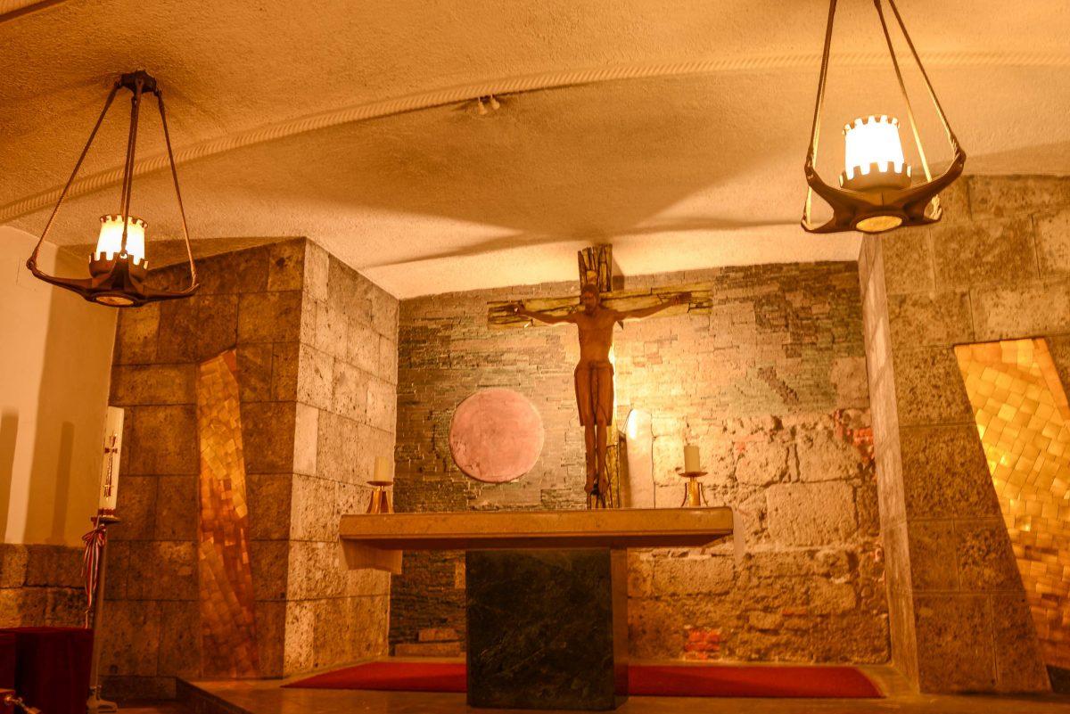 Dank gefinkelter Lichtinstallationen wird in den Katakomben des Salzburger Doms eine mystische Stimmung erzeugt, Österreich - © James Camel / franks-travelbox.com