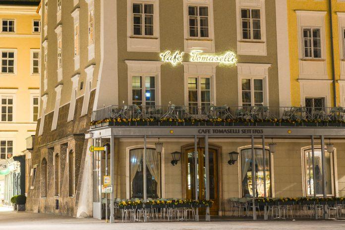 Das Café Tomaselli im Herzen der Salzburger Altstadt steht als ältestes Kaffeehaus Österreichs für 300 Jahre Kaffeetradition - © James Camel / franks-travelbox.com