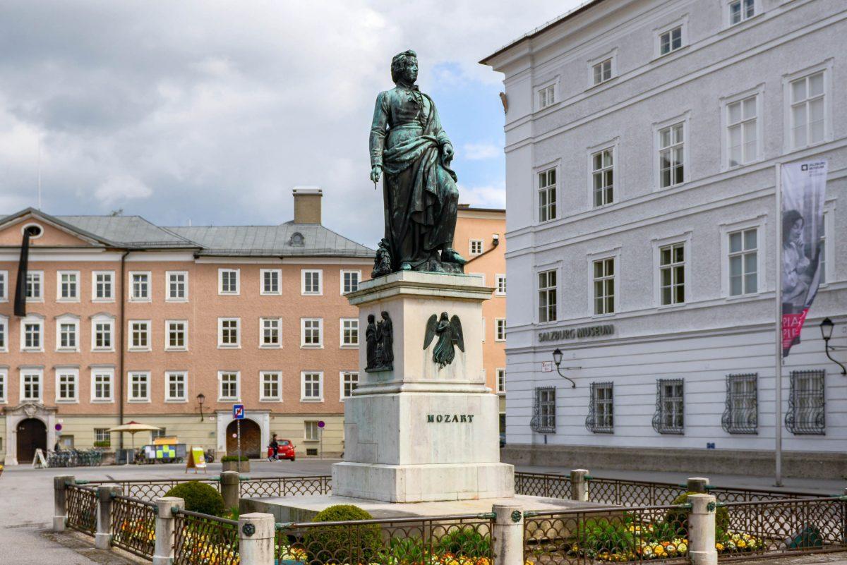 Das Mozart-Denkmal am Mozartplatz in der Altstadt von Salzburg wurde am 5. September 1842 unter Beisein der Söhne Mozarts enthüllt - © James Camel / franks-travelbox