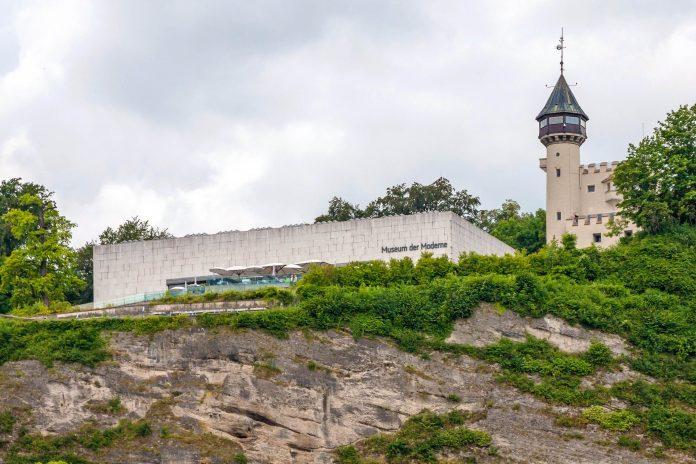 Das Museum der Moderne auf dem Mönchsberg mit grandiosem Blick über die Dächer von Salzburg präsentiert moderne und zeitgenössische Kunst, Österreich - © aldorado / Shutterstock