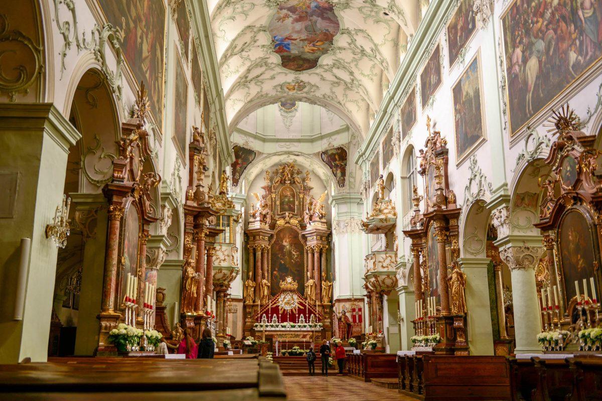 Das prachtvolle Rokoko-Interieur der St. Peters-Kirche in Salzburg, Österreich, entstand Mitte des 18. Jahrhunderts unter Abt Beda Seeauer - © James Camel / franks-travelbox