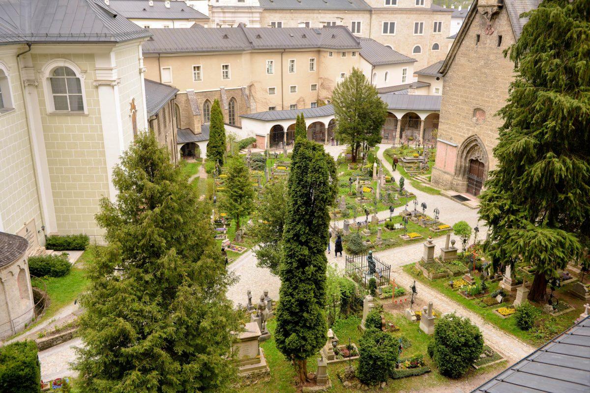 Der Friedhof von St. Peter in Salzburg, Österreich, entstand vor rund 1300 Jahren und zählt zu den ältesten christlichen Friedhöfen Europas - © James Camel / franks-travelbox