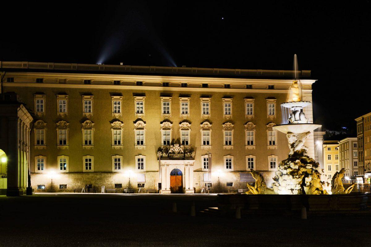 Der Residenzplatz im Zentrum von Salzburg, Österreich, wird von den Residenzgebäuden und dem Salzburger Dom flankiert - © James Camel / franks-travelbox