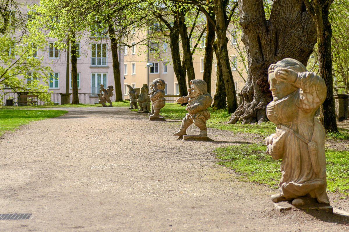 Der Zwergerlgarten im Salzburger Mirabellgarten ist der älteste Zwergengarten Europas und enthielt 1695 ursprünglich 28 Zwergenfiguren aus weißem Marmor, Österreich - © James Camel / franks-travelbox.com
