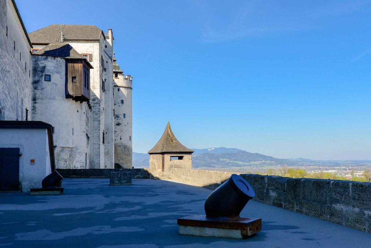 Die mächtigen Mauern der Hohensalzburg dienten während mehrerer Bauernaufstände den Erzbischöfen der Umgebung als sicherer Zufluchtsort, Österreich - © James Camel / franks-travelbox.c