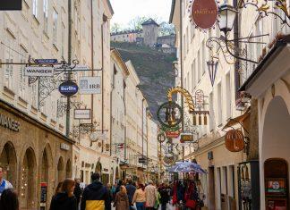 Die romantische Getreidegasse ist Salzburgs berühmteste Einkaufsstraße und Standort von Mozarts Geburtshaus, Österreich - © James Camel / franks-travelbox.com