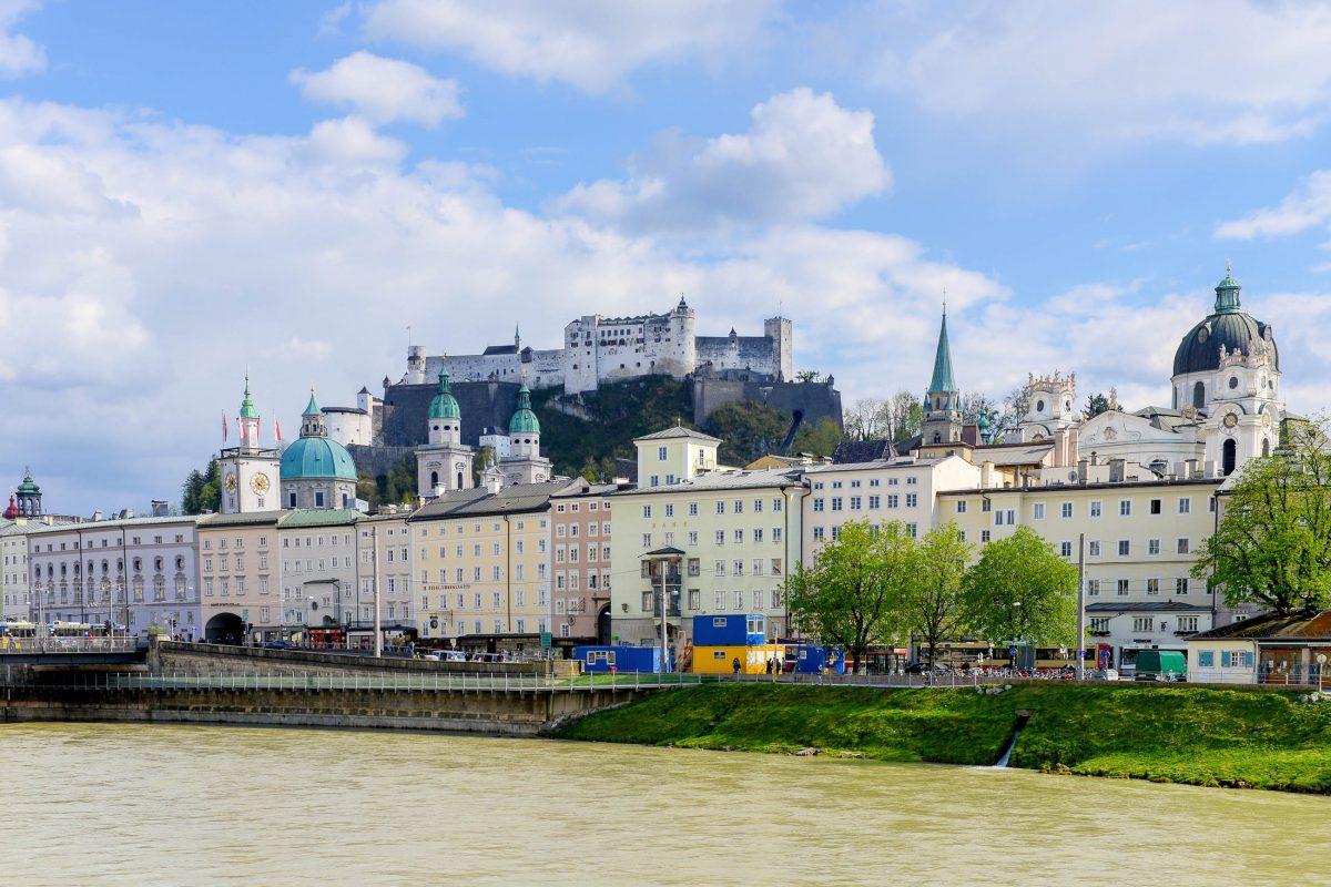 Die schneeweiße Festung Hohensalzburg thront hoch über der Mozartstadt Salzburg und blickt auf 900 Jahre Baugeschichte zurück, Österreich - © James Camel / franks-travelbox.c