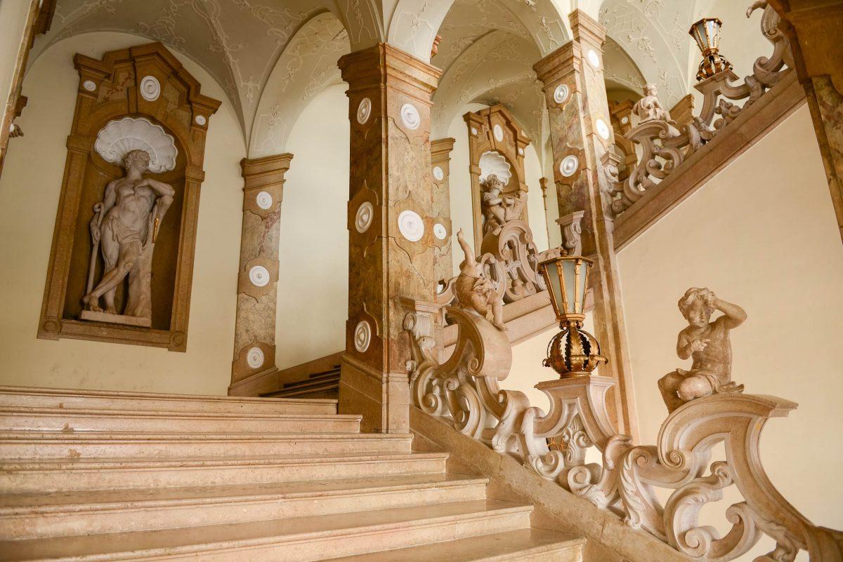 Die wunderbaren Skulpturen in den Nischen und die verschlungene Balustrade machen die Marmorstiege zu einem unvergleichlichen Gesamtkunstwerk, Österreich - © James Camel / franks-travelbox