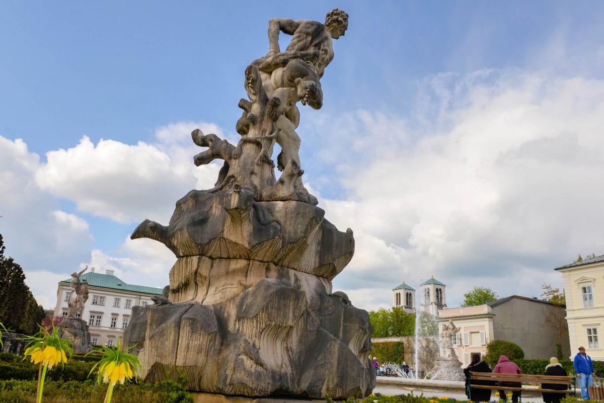 Eine der vier Raptusgruppen im Mirabellgarten von Salzburg stellt den Sieg des Herkules über den Halbgott Antaeus dar, Österreich - © James Camel / franks-travelbox.com