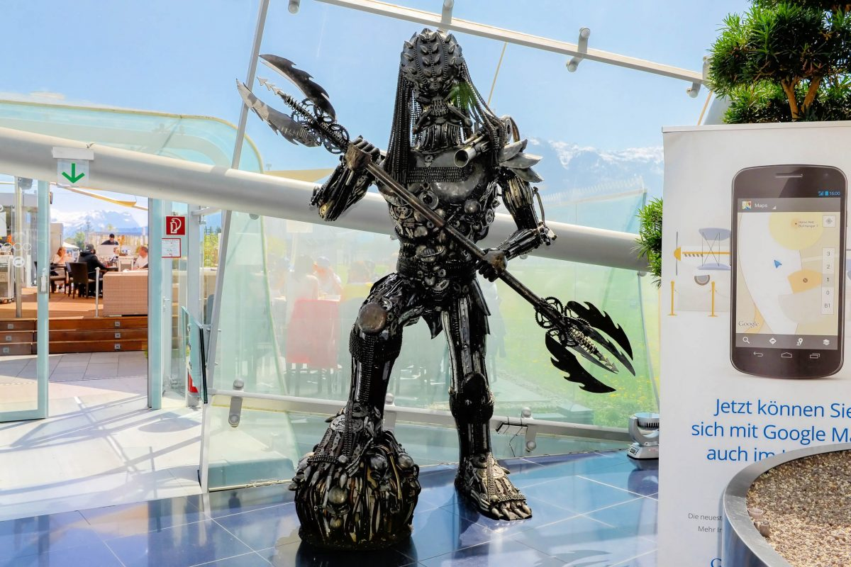 Eine über 2m große Figur des Predator bewacht im Hangar 7 den Ausgang in die Outdoor Lounge, Salzburg, Österreich - © James Camel / franks-travelbox