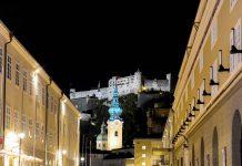 Erhaben und mächtig thront die mittelalterliche Festung Hohensalzburg weithin sichtbar über den barocken Türmen der Mozartstadt Salzburg, Österreich - © James Camel / franks-travelbox.c