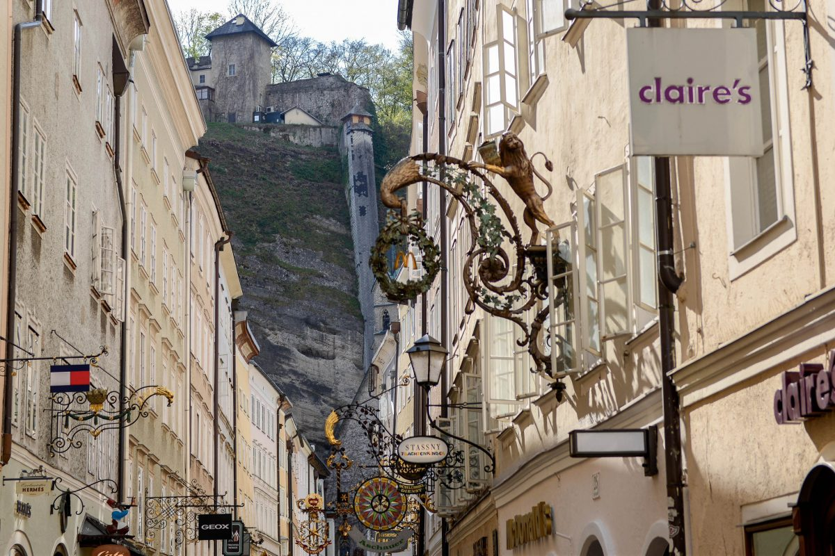 Gesimse, Zunftzeichen, Brüstungen und Marmorreliefs prägen die unverwechselbare Charakteristik der Getreidegasse in Salzburg, Österreich - © James Camel / franks-travelbox.com