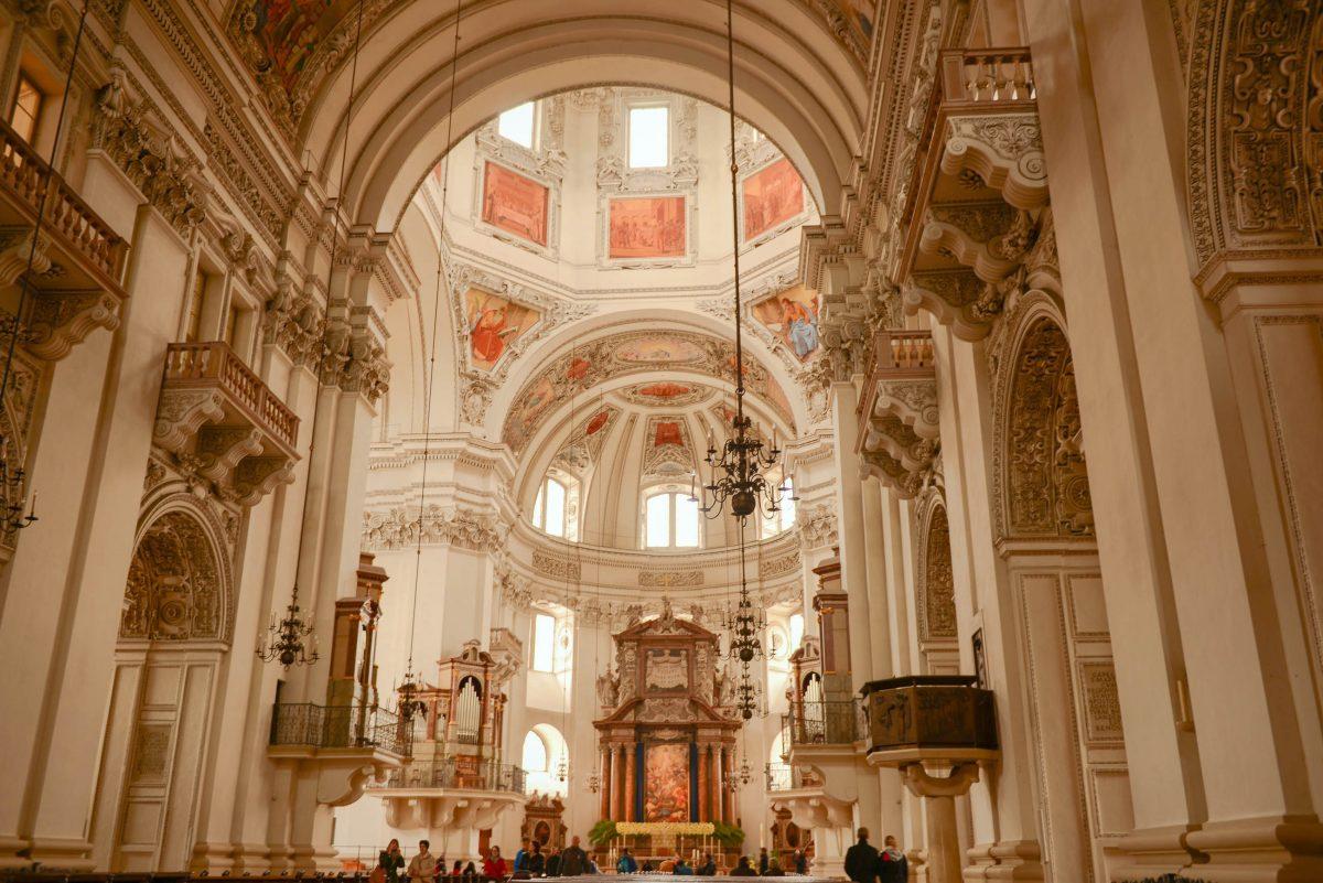 Im Taufbecken des Salzburger Doms, Österreich, wurde bereits Wolfgang Amadeus Mozart getauft - © James Camel / franks-travelbox.com