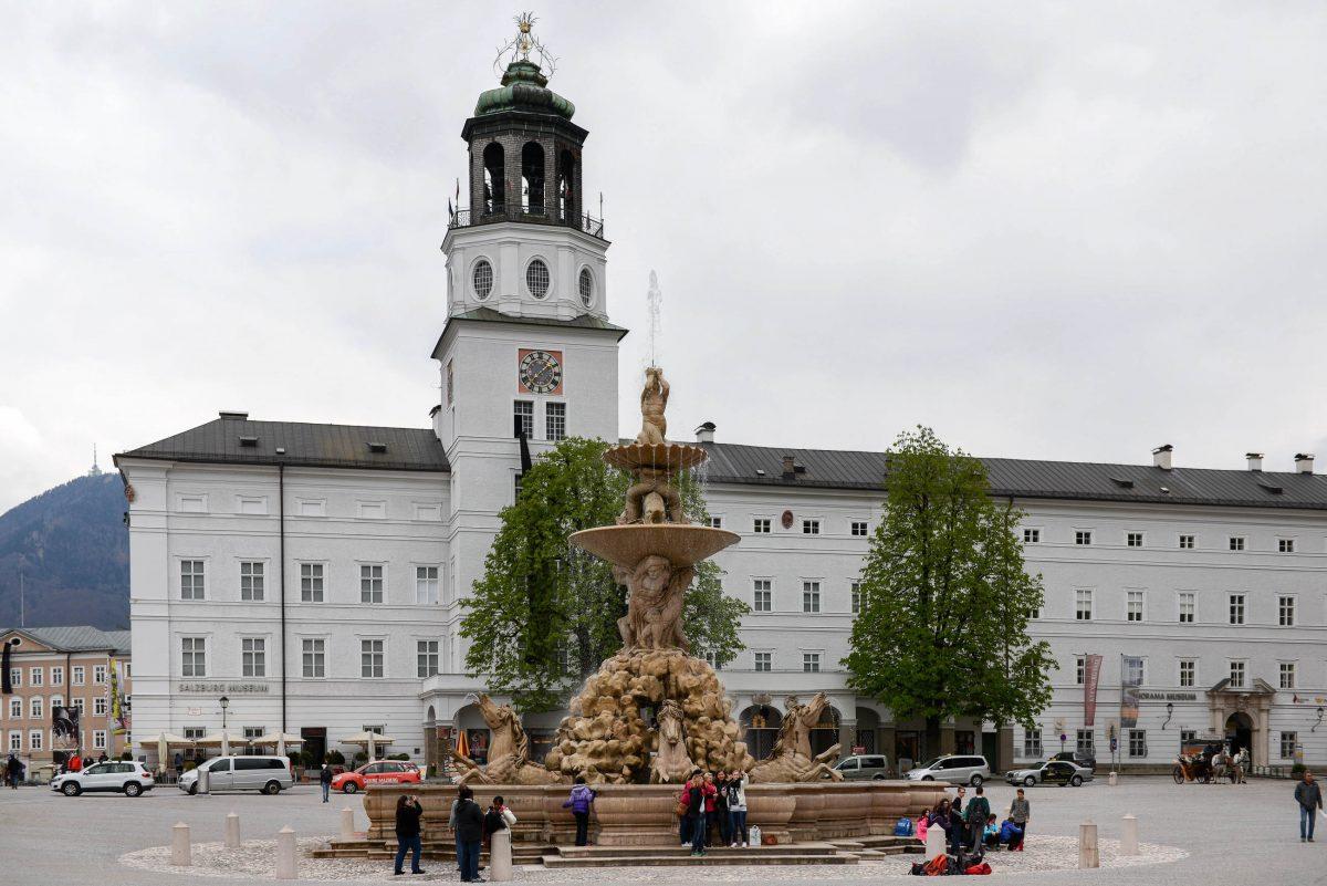 Im Zentrum des Residenzplatzes in Salzburg, Österreich, thront mit dem Residenzbrunnen der größte barocke Brunnen Mitteleuropas - © James Camel / franks-travelbox