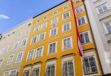 In der Getreidegasse Nummer 9 in Salzburg erblickte der weltberühmte Wolfgang Amadeus Mozart das Licht der Welt, Österreich - © James Camel / franks-travelbox.com