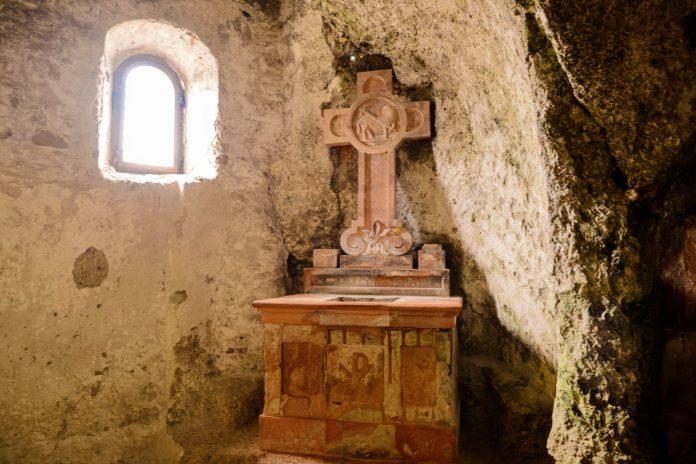 Mit tönernen Altären ausgestattet ist die Maximuskapelle der höchstgelegene Andachtsraum der Katakomben von St. Peter in Salzburg, Österreich - © James Camel / franks-travelbox
