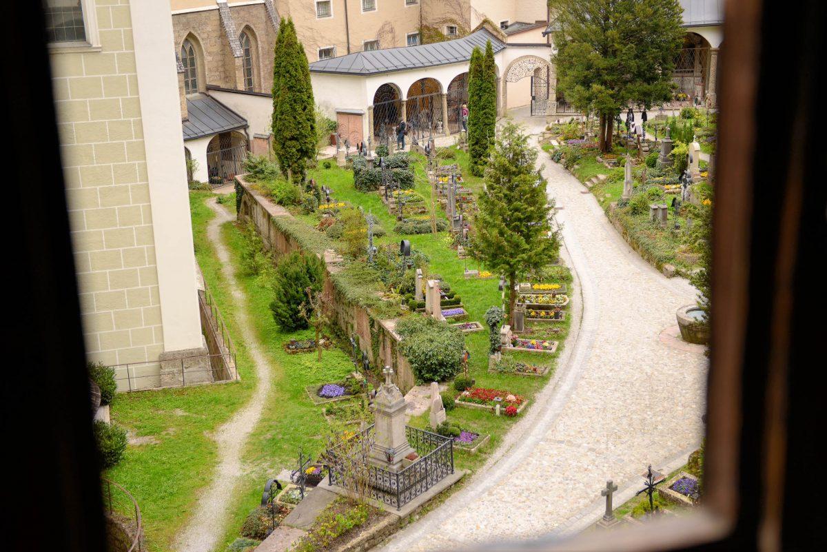 Von den Katakomben von St. Peter bietet sich ein schöner Blick über den Friedhof und auf den Salzburger Dom, Österreich - © James Camel / franks-travelbox