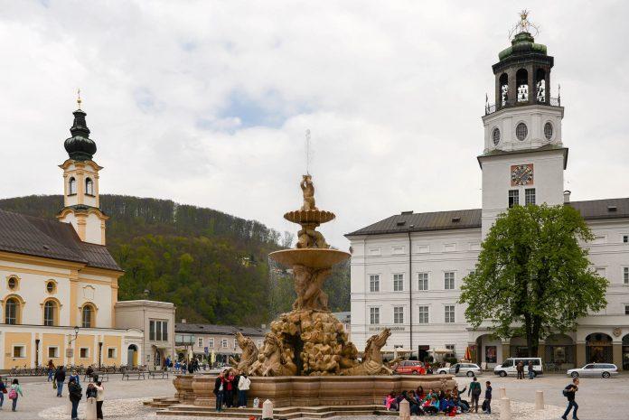 Von drei prächtigen Bauten umrahmt steht der repräsentative Residenzplatz im Herzen von Salzburg auf dem Programm jeder Stadtbesichtigung, Österreich - © James Camel / franks-travelbox