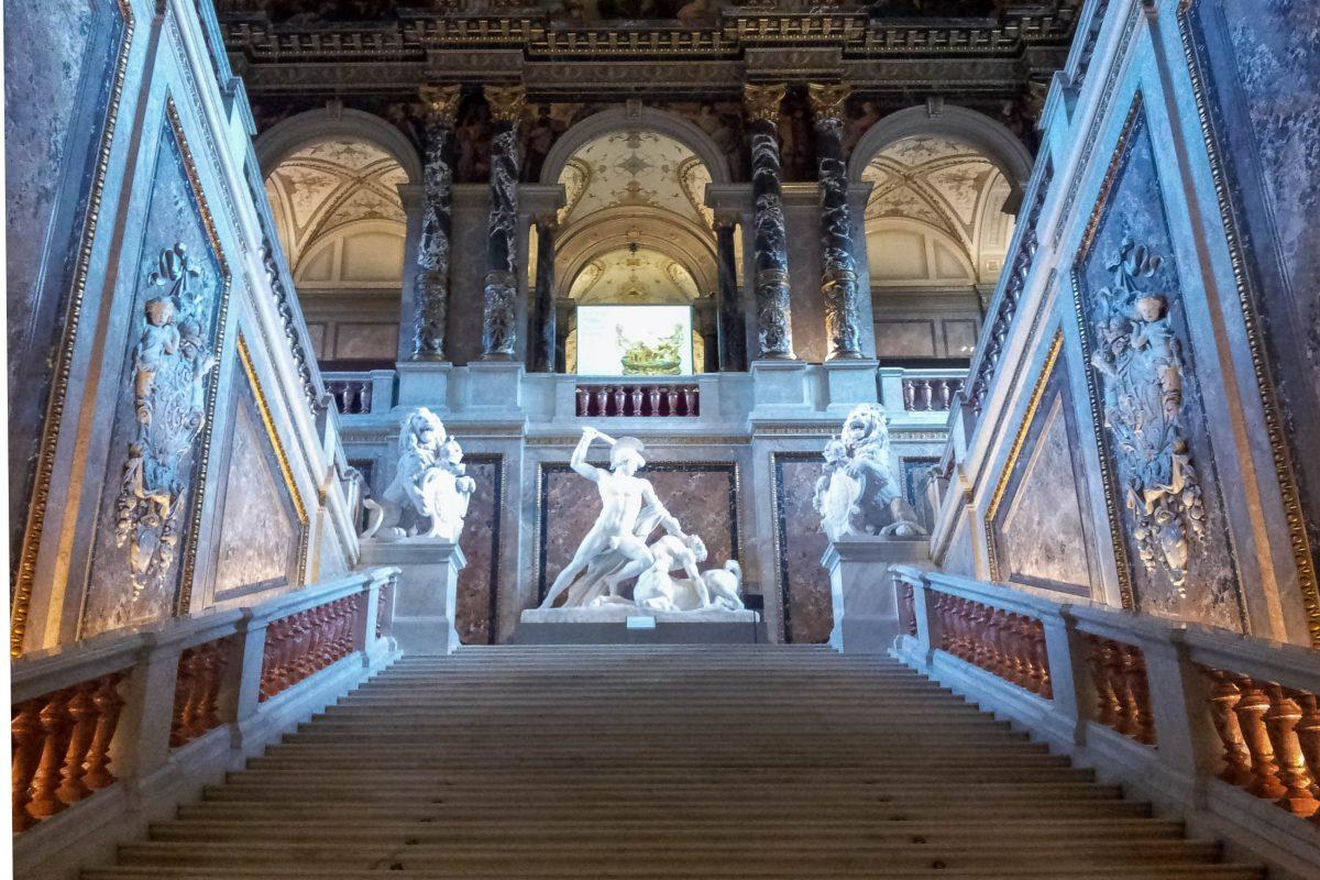 Am Treppenabsatz der überwältigenden Prunkstiege im Kunsthistorischen Museum in Wien thront eine Statue von Theseus im Kampf gegen die Kentauren, Österreich - © Lila Pharao / franks-travelbox