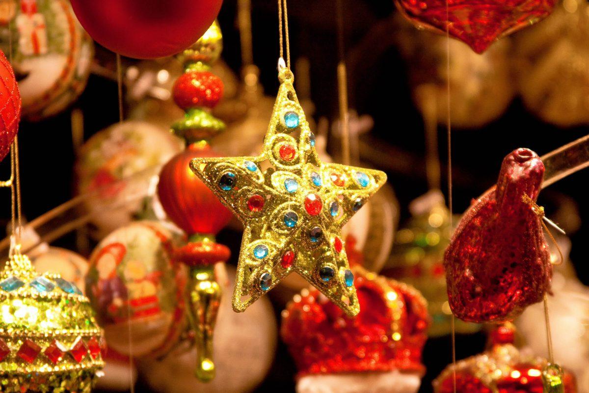 Auf den Weihnachtsmärkten findet jeder Besucher etwas für seine Weihnachtsdekoration zu Hause - © TalyaPhoto / Shutterstock