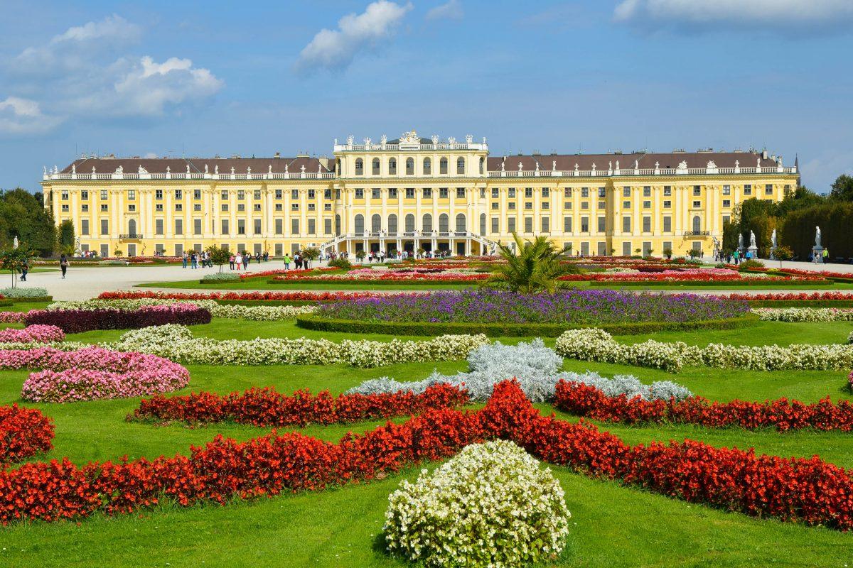 Blick auf das barocke Schloss Schönbrunn in Wien, das eines der bedeutendsten Kulturwerke und eine der meist besuchten Attraktionen Österreichs ist - © Yvann K / Fotolia