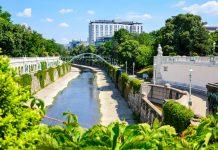 Blick über das herrliche Grün des Stadtparks bis zum monumentalen Hotel Hilton im Zentrum von Wien, Österreich - © FRASHO / franks-travelbox