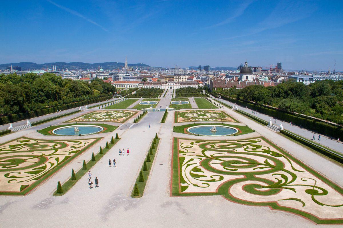 Blick vom Oberen Belvedere über den traumhaften Barockgarten zum Unteren Belvedere und über Wien, Österreich - © Timothy Michael Morgan/Shutterstock