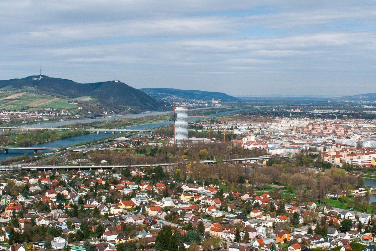 Blick vom Wiener Donauturm in Richtung Floridsorf und Klosterneuburg mit dem Kahlenberg im Hintergrund, Österreich - © Hermann Hammer CC BY-SA3.0/W