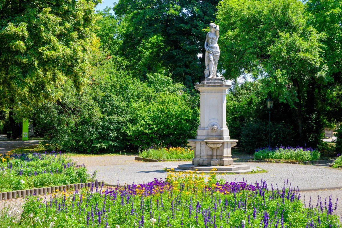 Brunnen im Stadtpark von Wien mit dem sagenhaften Donauweibchen, welches Fischer der Legende nach vor Hochwasser warnte, Österreich - © FRASHO / franks-travelbox