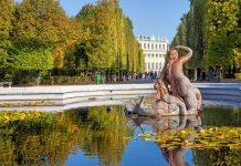 Brunnen in der weitläufigen Parkanlage des barocken Schlosses Schönbrunn in Wien, Österreich - © WDG Photo / Shutterstock