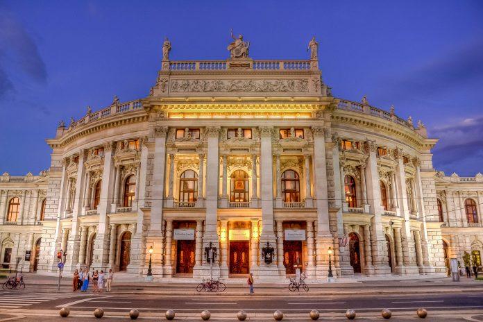 Das Burgtheater an der Ringstraße in Wien zählt österreichweit und international zu den bedeutendsten Stätten deutscher Schauspielkunst - © clearlens / Shutterstock