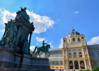Das Denkmal der Kaiserin Maria Theresia vor dem Naturhistorischen Museum am Maria-Theresien-Platz wurde im Jahr 1888 enthüllt, Wien, Österreich - © FRASHO / franks-travelbox