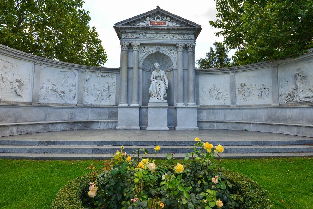 Das Franz Grillparzer Denkmal im Wiener Volksgarten, Österreich - © FRASHO / franks-travelbox
