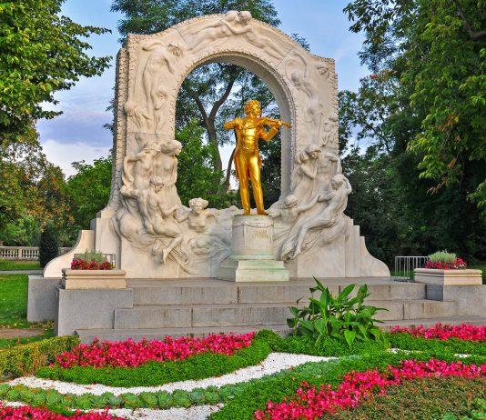 Das goldene Denkmal von Johann Strauss Sohn ist das bekannteste Monument im Wiener Stadtpark, Österreich - © Arseniy Krasnevsky / Shutterstock