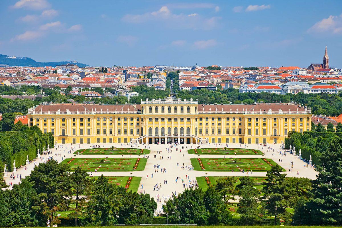 Das Große Parterre bildet das Zentrum des Schönbrunner Schlossparks und wird von 32 mythologischen Statuen gesäumt, Wien, Österreich - © S.Borisov / Shutterstock