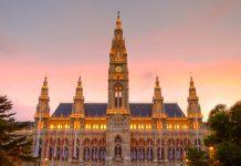 Das imposante Wiener Rathaus wird kurz nach Sonnenuntergang mit sanfter Beleuchtung in Szene gesetzt, Österreich - © clearlens / Shutterstock