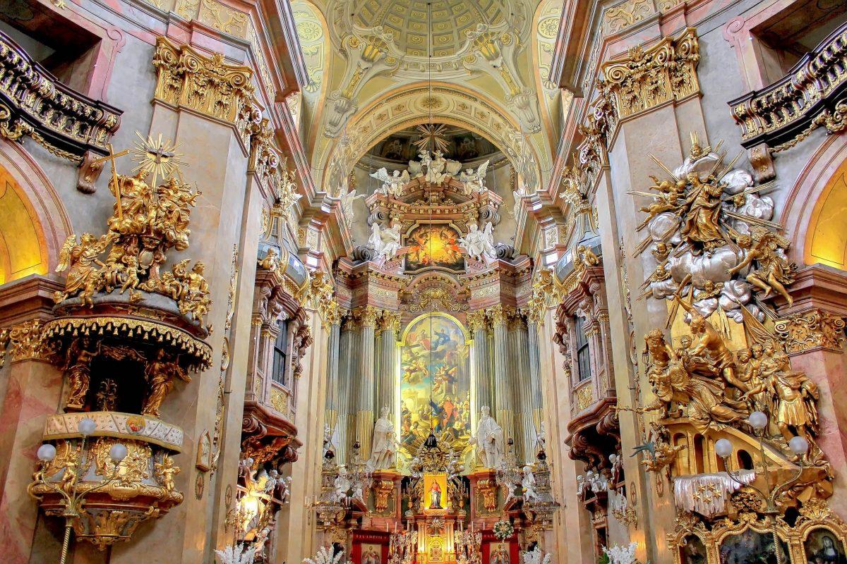 Das Innere der Peterskirche in Wien wirkt mit Fresken, Statuen und anderen Verzierungen wunderbar wie aus einem Guss, Österreich - © Paolo Gianti / Shutterstock