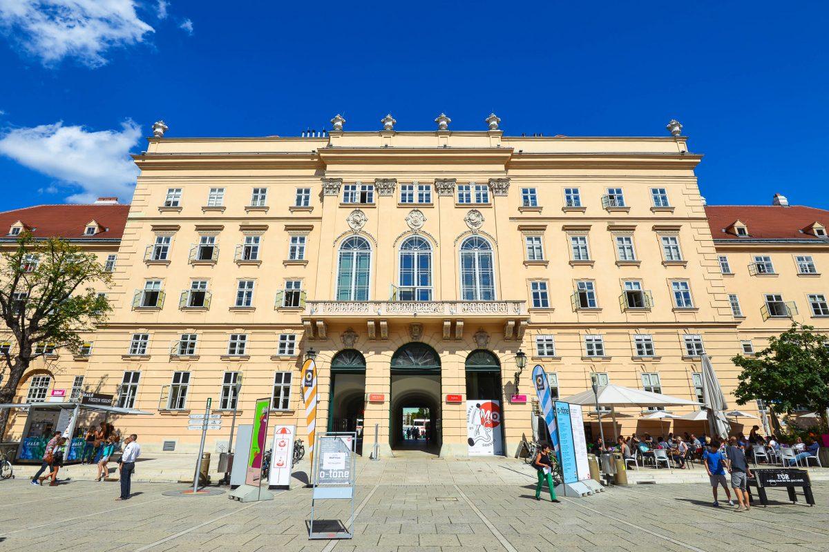 Das Museumsquartier wurde im Jahr 1725 als kaiserliche Hofstallungen errichtet und beansprucht bis heute die längste Barockfassade Wiens für sich, Österreich - © FRASHO / franks-travelbox