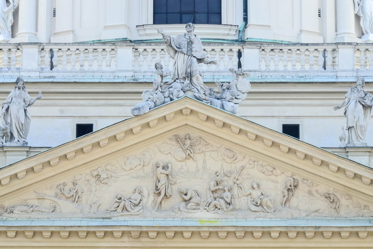 Das Relief über dem Eingang der Karlskirche zeigt die Rettung der Stadt Wien vor der Pest, Österreich - © FRASHO / franks-travelbox