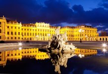 Das spektakuläre Schloss Schönbrunn thront seit dem 17. Jahrhundert in der österreichischen Hauptstadt und zählt heute zu den wichtigsten Sehenswürdigkeiten Wiens - © Muellek Josef / Shutterstock