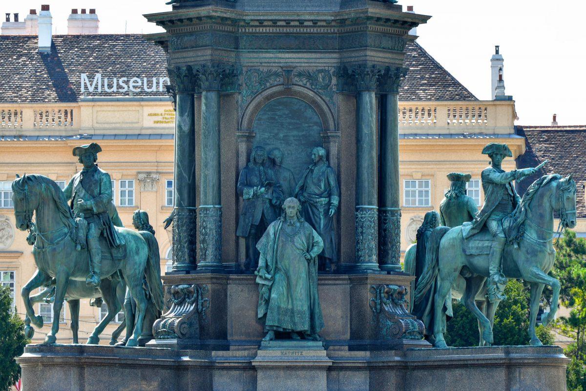 Den Sockel des Maria-Theresien-Denkmals am gleichnamigen Platz in Wien zieren vier Reiterstatuen erfolgreicher Feldherren, Österreich - © FRASHO / franks-travelbox