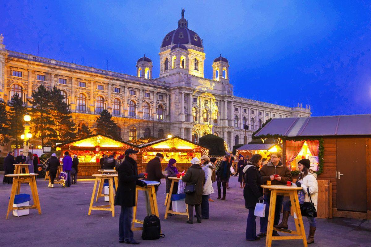 Der Adventmarkt am Maria-Theresien-Platz in Wien bietet eine unschlagbare Kulisse zwischen Hofburg, Ringstraße und Kunst- und Naturhistorischem Museum, Österreich - © Iakov Filimonov / Shutterstock