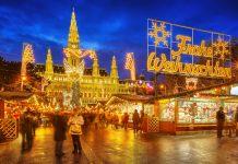 Der Christkindlmarkt vor dem imposanten Wiener Rathaus übt eine magische Anziehungskraft auf Einheimische und Touristen aus, Österreich - © S.Borisov / Shutterstock