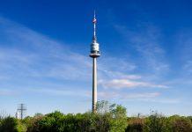 Der Donauturm thront inmitten der idyllischen Umgebung des Donauparks in Donaustadt, dem 22. Bezirk Wiens und ist fester Bestandteil der Skyline der Hauptstadt Österreichs - © BildagenturZoonarGmbH/Shutterstock